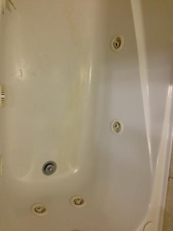 Oakes Hotel Overlooking the Falls: Stained Old Tub. Manager said was new!! Beware!