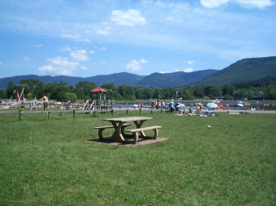 Celles-sur-Plaine, فرنسا: See und dahinter der Campingplatz