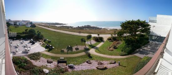 Sofitel Quiberon Thalassa Sea & Spa : la promenade quiberonnaise entre l'hotel et la mer, thalasso a gauche