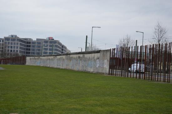 CiceroneBerlino: Resti del muro davanti al Centro di documentazione