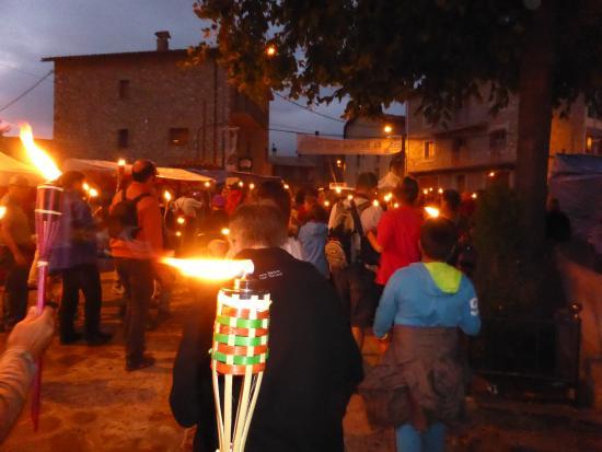Gósol, España: Subiendo al castillo de Gosol con antorchas por la noche
