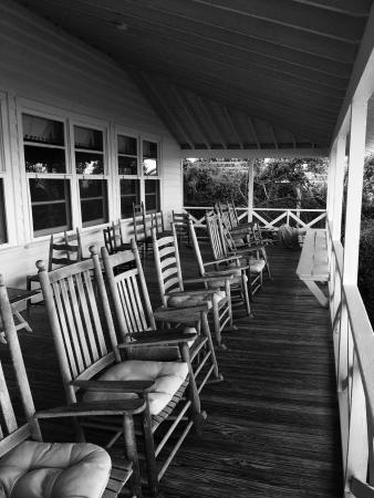 Sea View Inn: Lovely porch full of rocking chairs overlooking the Atlantic