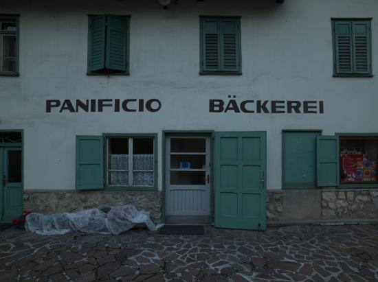 Die Bäckerei in Pedraces, eingeklemmt zwischen drei Straßen, ist eine Institution.