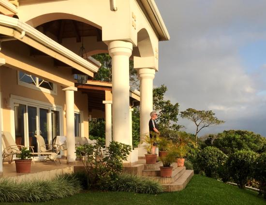 Arenal Springs Villas by the Lake: Elegant front patio