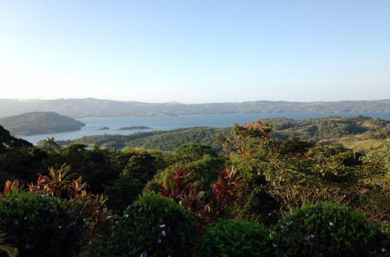 Arenal Springs Villas by the Lake: Early morning view (with sound of howler monkeys hooting in the distance)