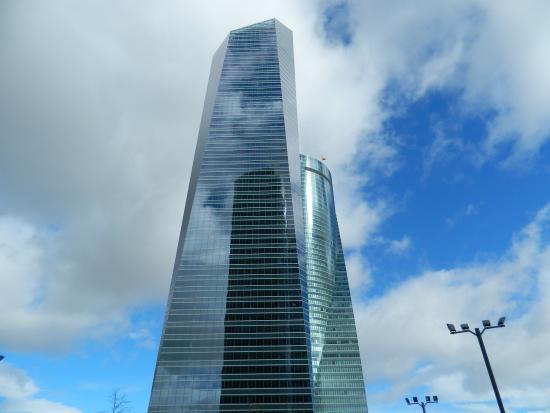 cuatro torres business area reflejo de la torre pwc en la torre de crista