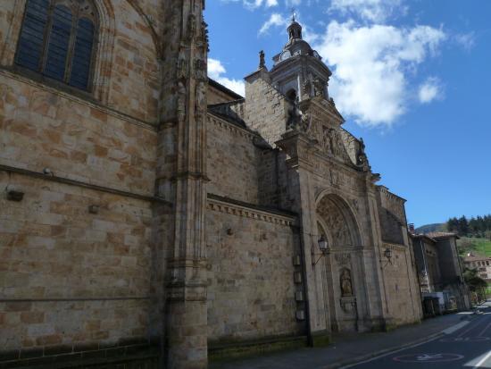 Onati, Spain: Capilla del fundador y puerta barroca