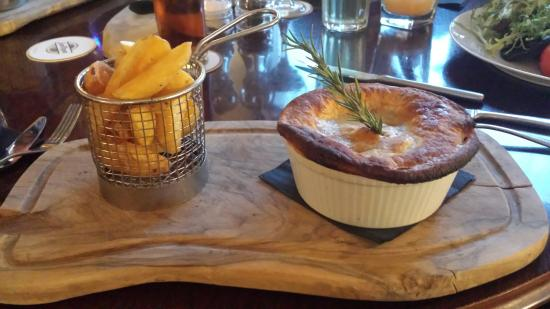 The Red Lion: Very nice chicken pie and chips!