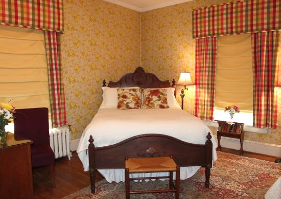 Fountain Hall B&B: The Lightfoot & Hill room is large and sunny and includes a private bath/shower and two beds.
