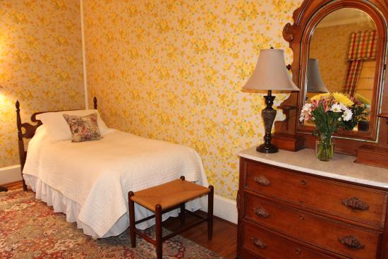 Fountain Hall B&B: The Lightfoot & Hill includes private bath and shower.  This is the smaller of the two beds