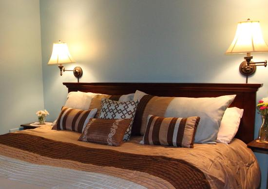 Fountain Hall B&B: The bedroom has a comfortable king size bed. Guests can read, relax, or watch TV in the adjoinin