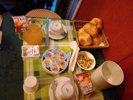 Giorgina: Mesa do café da manhã: Pão, manteiga, geleia, suco, torrada. Depois é servido café, cappuccino.