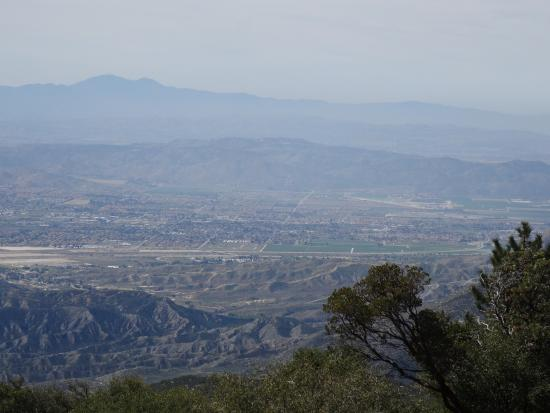 Idyllwild, Kalifornien: Walk around the rock wall and get this view instead!