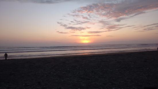 Equus Erro Hosteria: Sunset at the hotel beach