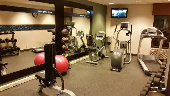 Hampton Inn Boston Braintree: Gym has the basics, including large wall length mirror and TV for your viewing pleasure.
