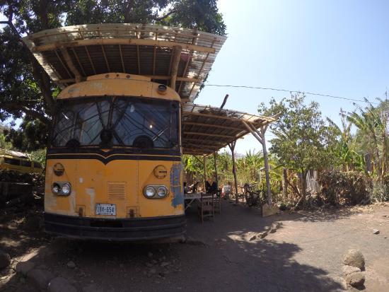 Santa Cruz, Nicaragua: Bus en la entrada donde hay artesanías y productos locales