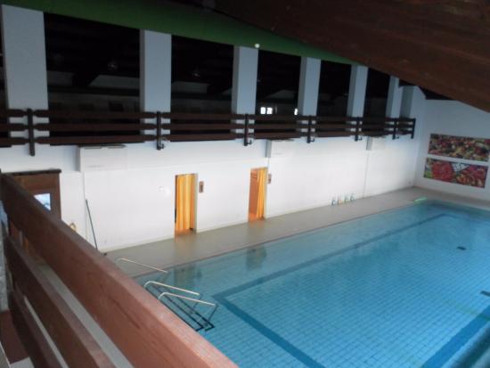 Hotel Bad Serneus: Total veralteter Pool,...und schreckliche Bilder an der Wand! Einfach mega lieblos und veraltet.