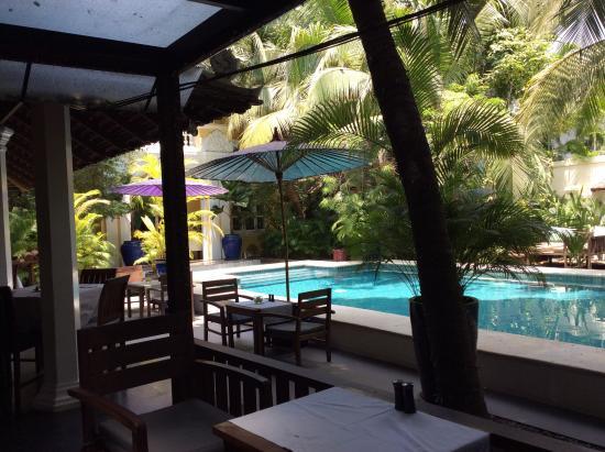 The Pavilion: Restaurant bar poolside front