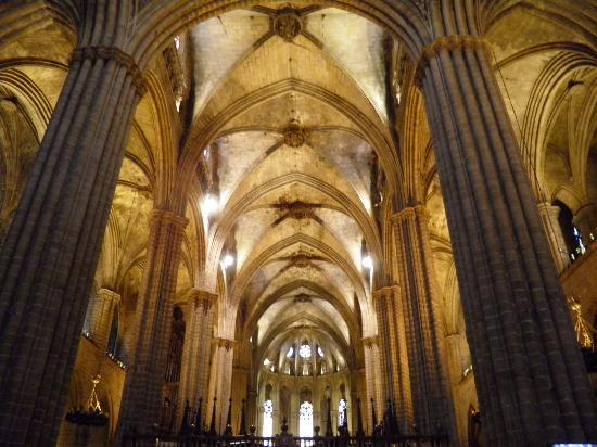 detalle de los techos del claustro y la fuente de sant