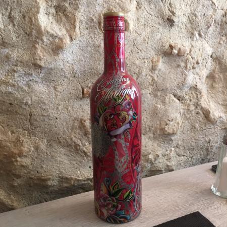 Rochefort du Gard, Fransa: Une bouteille de vin signée Christian AUDIGIER