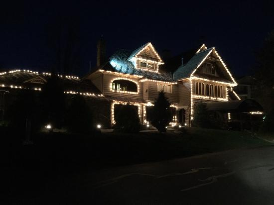 Chetola Resort at Blowing Rock: Beautifully lit at night.