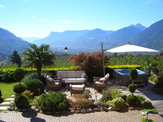 Garten mit whirlpool bild von hotel karin tirolo dorf for Whirlpool garten mit rollbrett pflanzkübel
