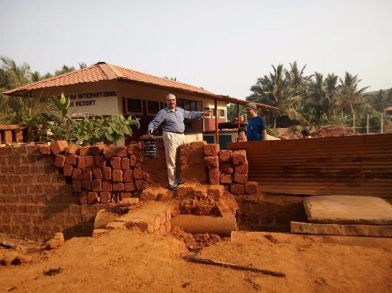 Arya Ayurvedic Panchakarma Centre Gokarna : This is the space available to get into the premises..