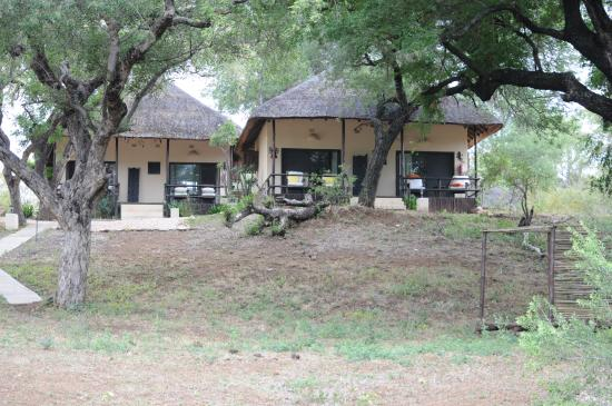 Balule Private Game Reserve, Sudáfrica: View from riverbank to the four lodge suites