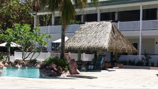 Malolo Island Resort: Adults pool with swim up bar