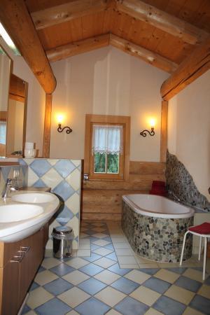 Chalets & Apartments beim Waicher: Badezimmer Naturstammhaus