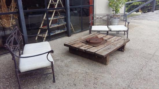 apart club san pedro mesa y sillones en exterior en estado malo