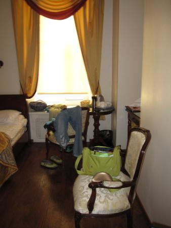 Amazing location, cozy rooms, reasonable price and friendly staff
