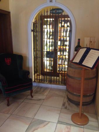 Restaurant Hotel Schrofenstein: Schöner gestalteter Weinschrank