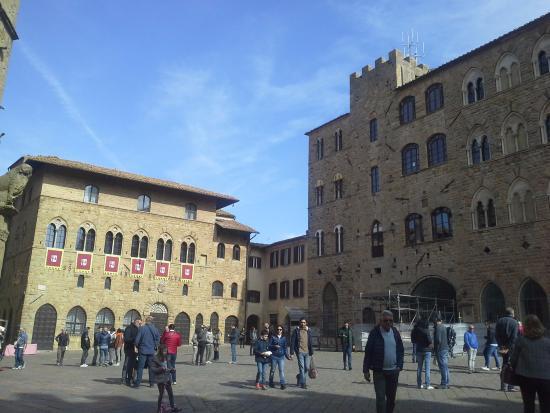 San Lino: Piazza dei Priori