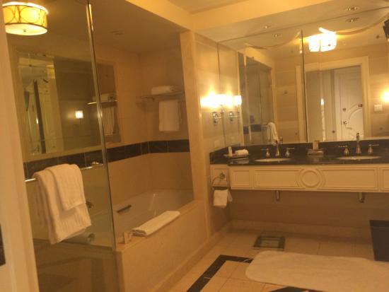 The Palazzo Resort Hotel Casino: Palazzo Suite Shower & tub