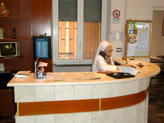 Casa Nostra Signora: Søster Marialena styrer resepsjonen.