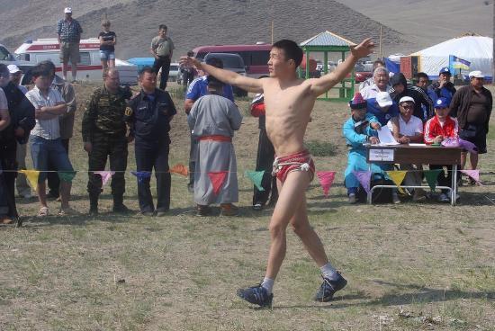 Yelantsy, Russland: Ердынские игры - борьба, победитель исполняет танец орла