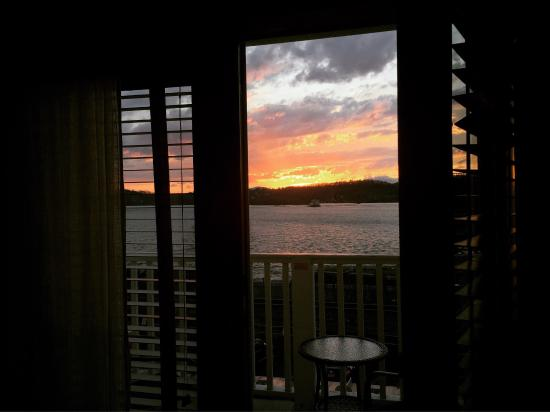 Rhinecliff, Estado de Nueva York: Breathtaking sunset right outside our room #202