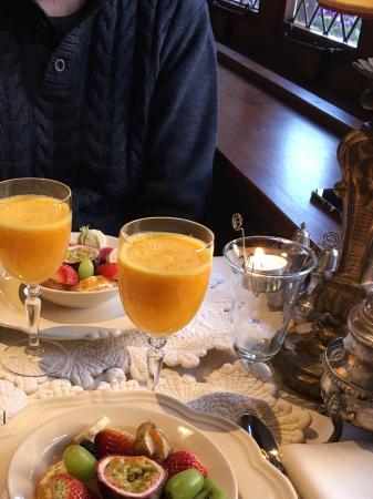 Guesthouse Bonifacius: Jus d'orange frais et savoureux et fruits variés fraichement coupés
