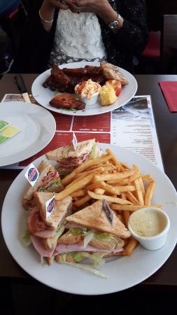 Benjamins American Diner : Club Sandwich und Grillplatte