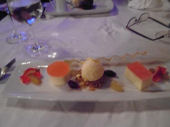 Timaru, Nueva Zelanda: dessert. rhubarb and Ginger plus panacotte.
