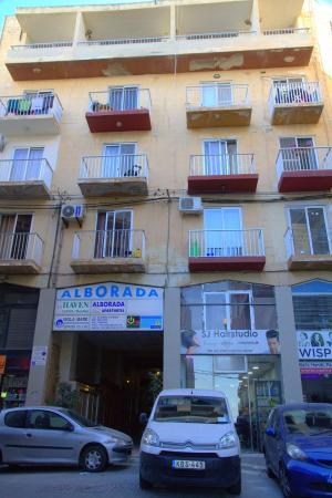 Alborada Apart Hotel: L'immeuble compte 4 étages et des petits commerces à l'entrée