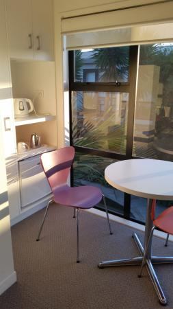 New Plymouth, New Zealand: Little kitchette area with table and chairs