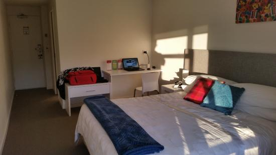New Plymouth, New Zealand: King size bed and nice table for working on
