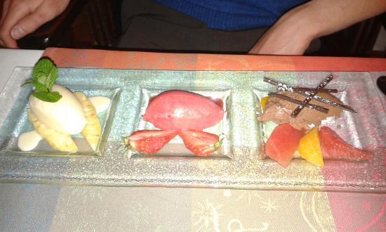 Le Buisson-de-Cadouin, ฝรั่งเศส: Dessert, trio de glace, ananas, fraise, chocolat et ses fruits