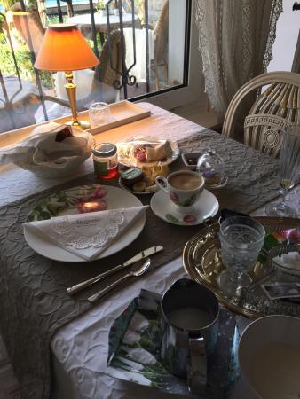 Im Röseligarten: Frühstückstisch