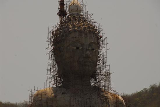 ชัยบาดาล, ไทย: Der grosse Buddha im Bau mit Gerüst aus Bamus
