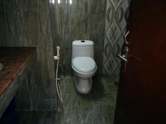 Nilgiris Inn: Bathroom