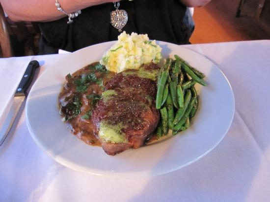 Victoria & Albert Guesthouse: Steak with mushroom sauce and fresh beans and yummy mash.