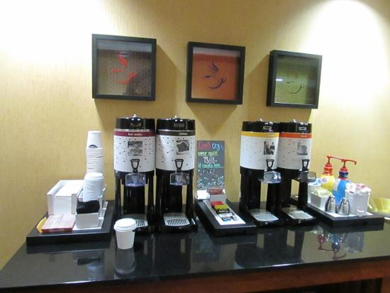 Hampton Inn Corinth: Coffee station